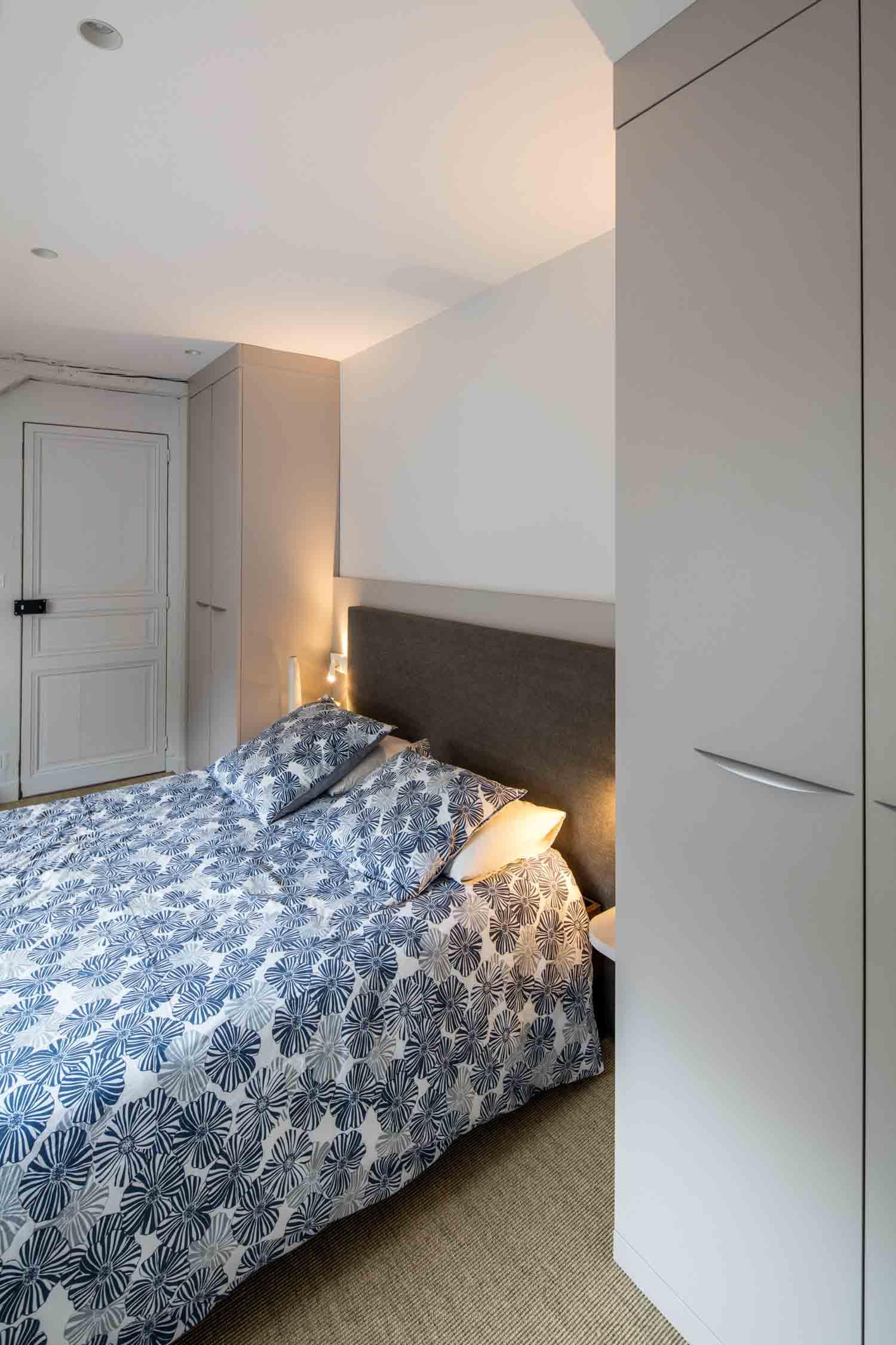 Composition de meubles sur-mesure de chambre sous les toits - vue de la tête de lit