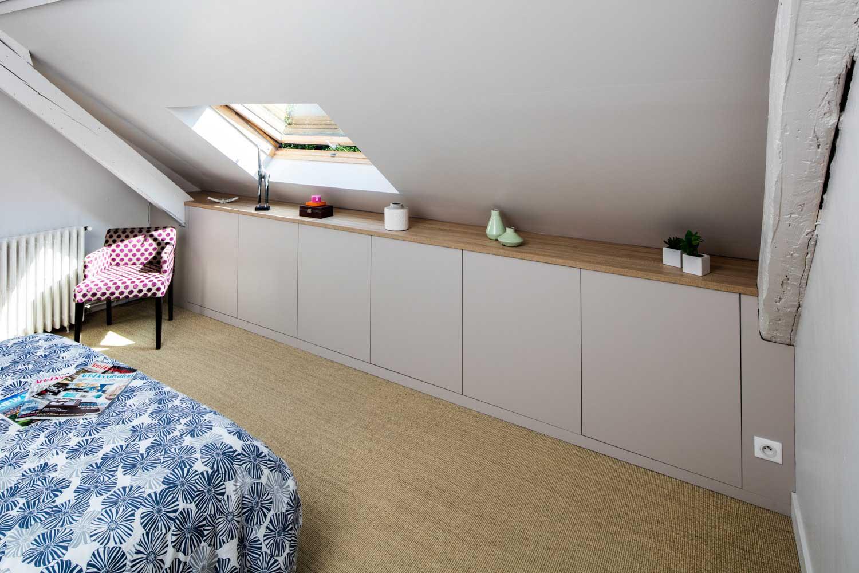 Composition de meubles sur-mesure de chambre sous les toits - vue du placard sous-pente fermé