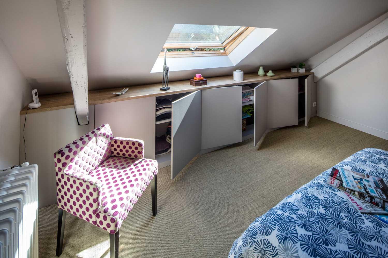 Composition de meubles sur-mesure de chambre sous les toits - vue du placard sous-pente ouvert 2