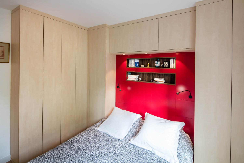 Chambre incluant tête de lit et placards en wengé et poirier - vue de la tête de lit