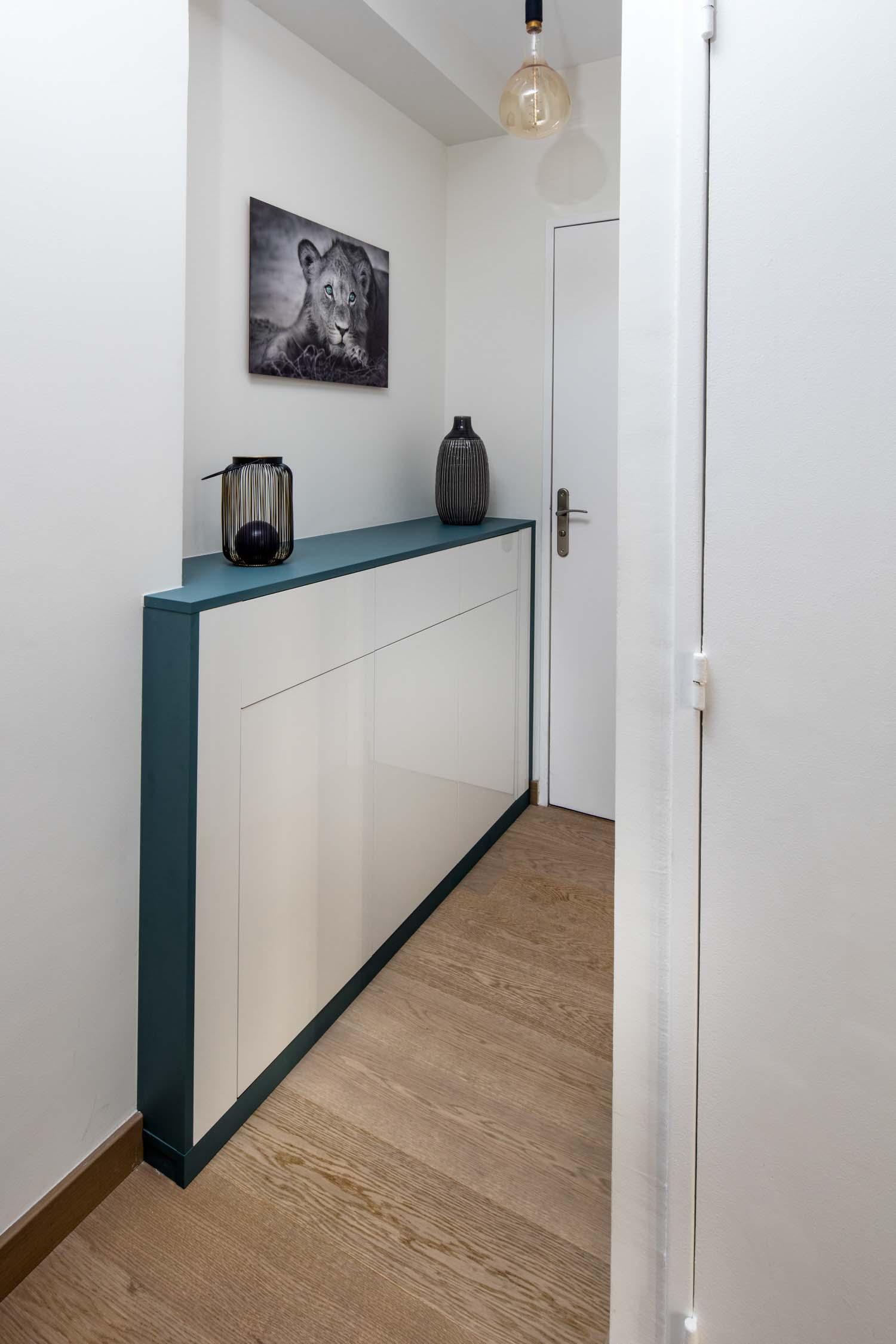 placard-sur-mesure en mélaminé blanc et gris ardoise dans un couloir.