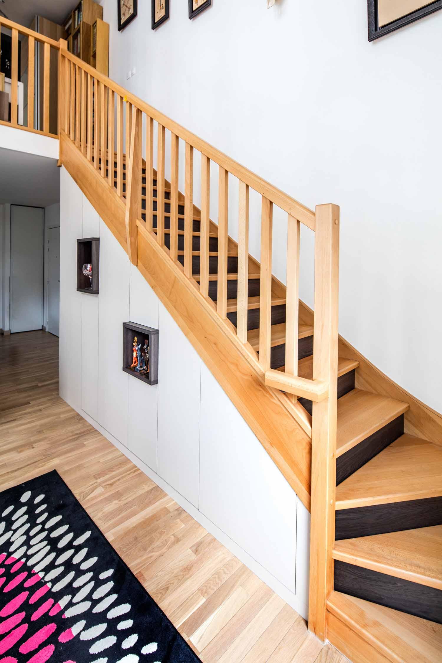 rangement-sur-mesure-sous-escalier