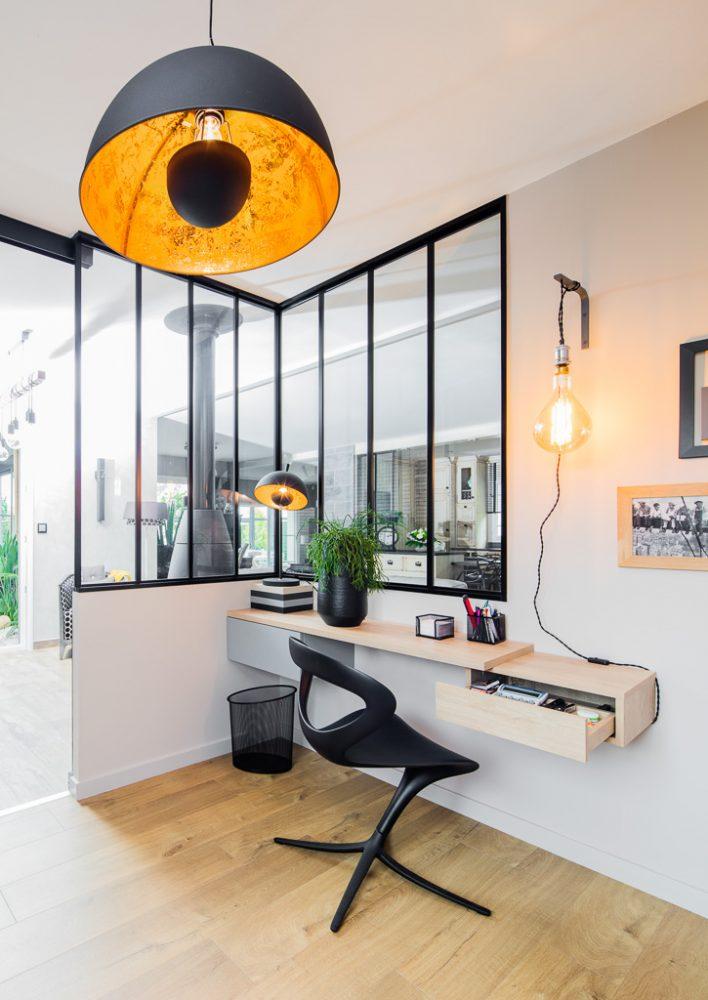Bureau bicolor gris et bois clair suspendu - tiroirs ouverts