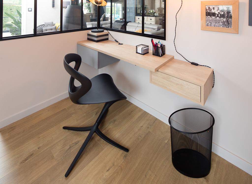 Placards et bureaux coordonnés en chêne clair et mélaminé gris p le
