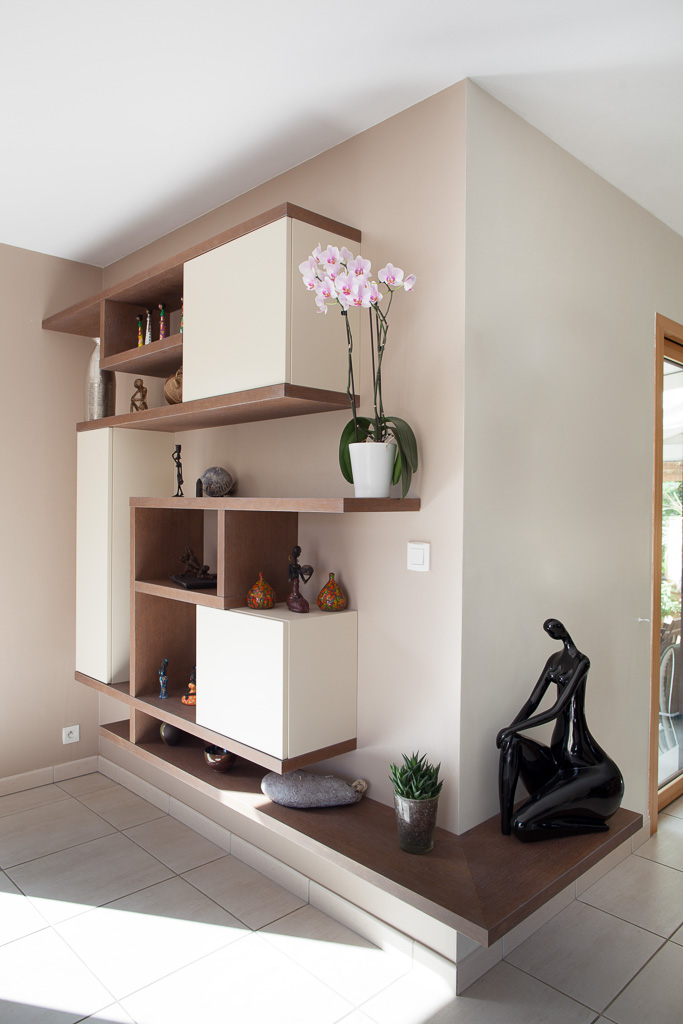 biblioth que suspendue destructur e en angle compagnie. Black Bedroom Furniture Sets. Home Design Ideas