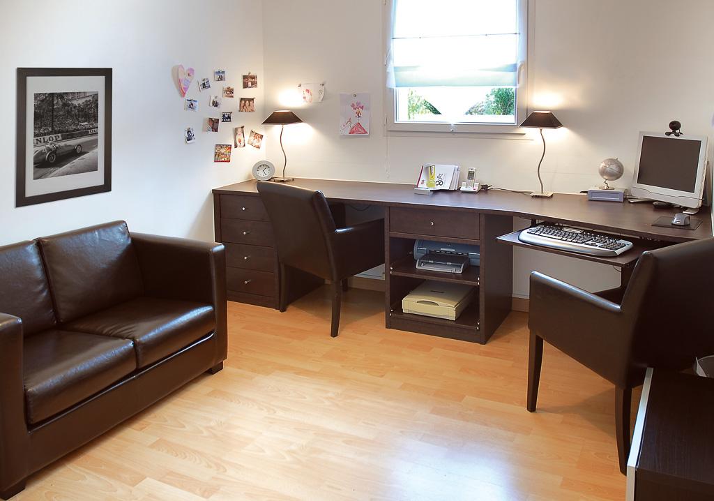 Elégant bureau double en bois foncé. compagnie des ateliers