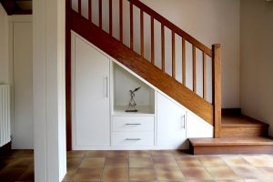 placard niche blanc sous-escalier sur-mesure