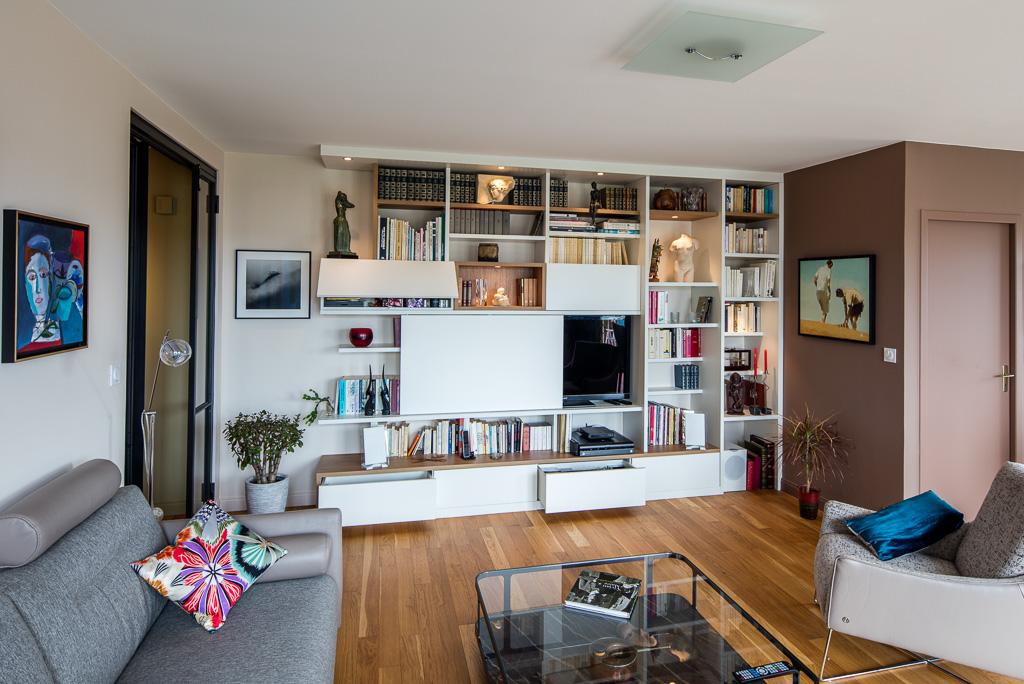 Meuble TV bibliothèque asymétrique avec des niches en placage chêne vue de côté semi-ouvert