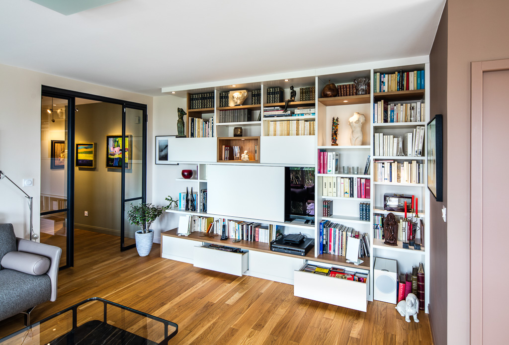 Meuble TV bibliothèque asymétrique avec des niches en placage chêne vue de côté ouvert
