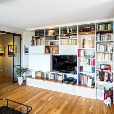 Meuble TV bibliothèque asymétrique avec des niches en placage chêne vue de côté fermé