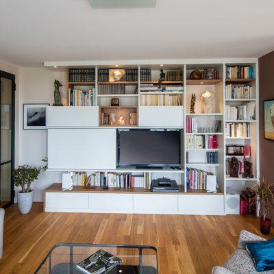 Meuble TV bibliothèque asymétrique avec des niches en placage chêne vue de face