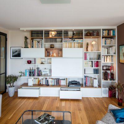 Meuble TV bibliothèque asymétrique avec des niches en placage chêne vue de face fermé