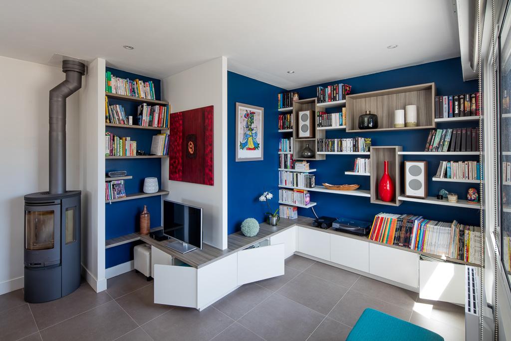 Bibliothèque, meuble TV et de rangements fermés reprenant le relief des murs du salon - vue de droite portes ouvertes