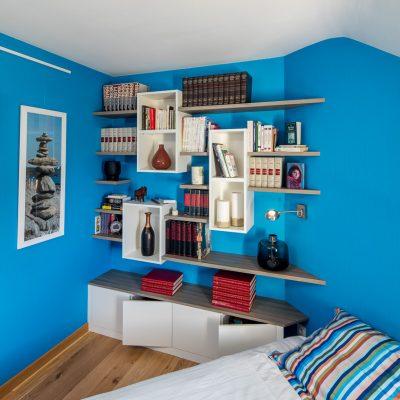 Bibliothèque dans une chambre, avec des caissons suspendus blancs et des étagères en effet chêne - vue de droite 2