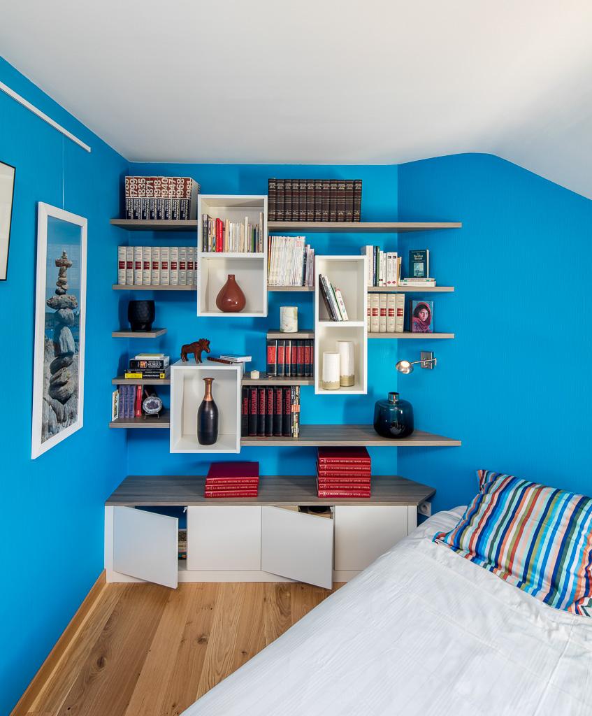 Bibliothèque dans une chambre, avec des caissons suspendus blancs et des étagères en effet chêne - vue de face portes ouvertes