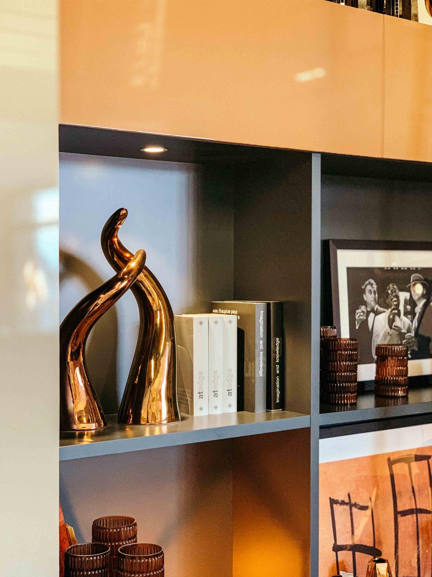 Bureau Bibliothèque sur-mesure terracotta et anthracite - focus sur une étagère éclairée