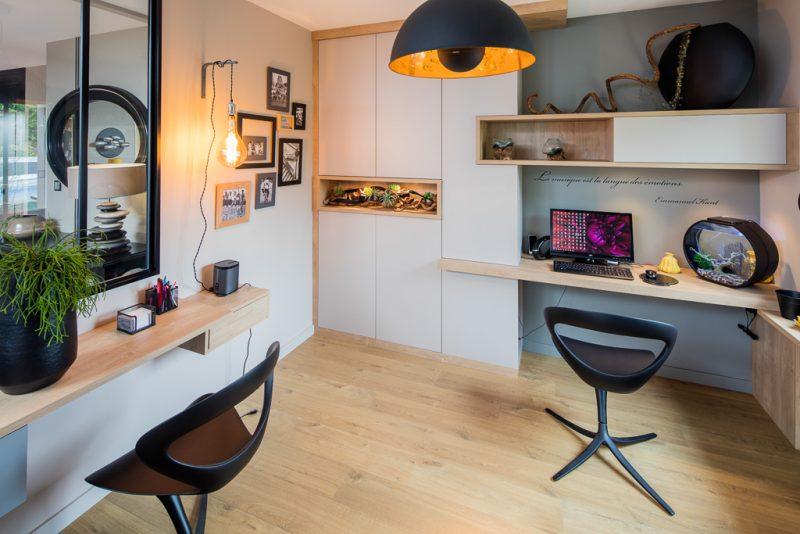 bureaux assortis au placard sur-mesure avec niches en bois