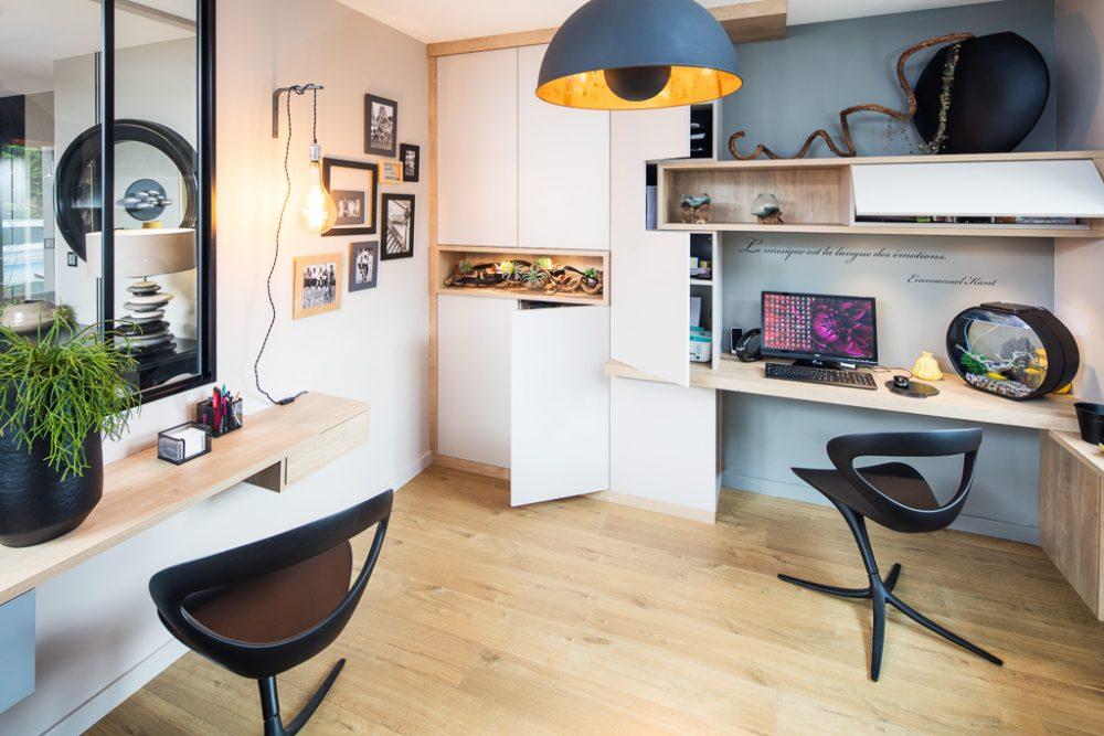 bureaux assortis au placard sur-mesure avec niches en bois - version portes ouvertes