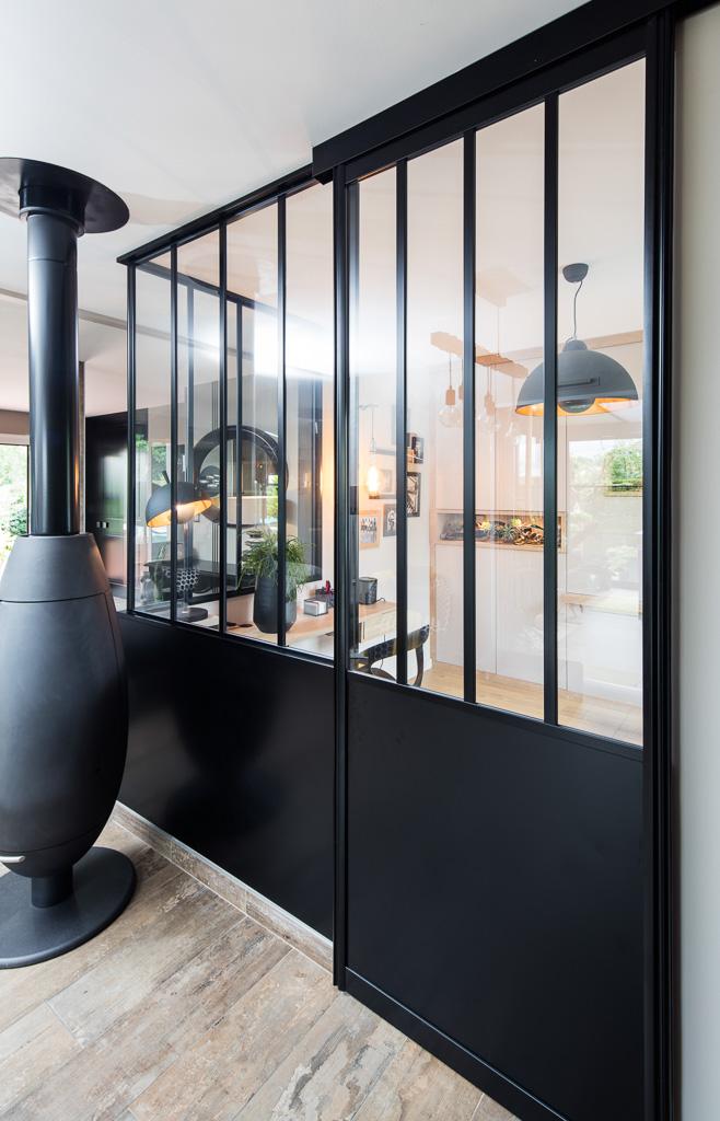 Verrière atelier sur-mesure en aluminium noir - vue de droite, fermée