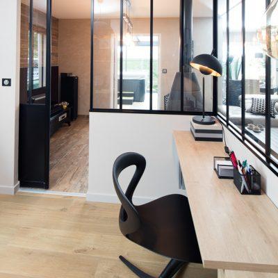 Verrière atelier sur-mesure en aluminium noir - vue de l'intérieur du bureau