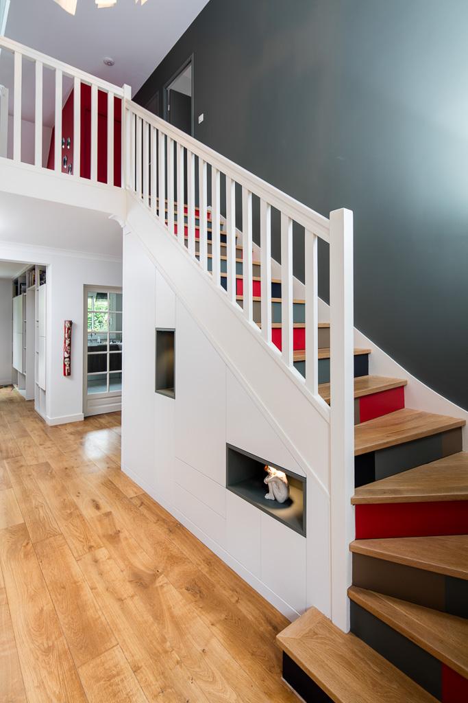 Placard sous-escalier blanc avec niches bleu vert - vue de droite, portes fermées