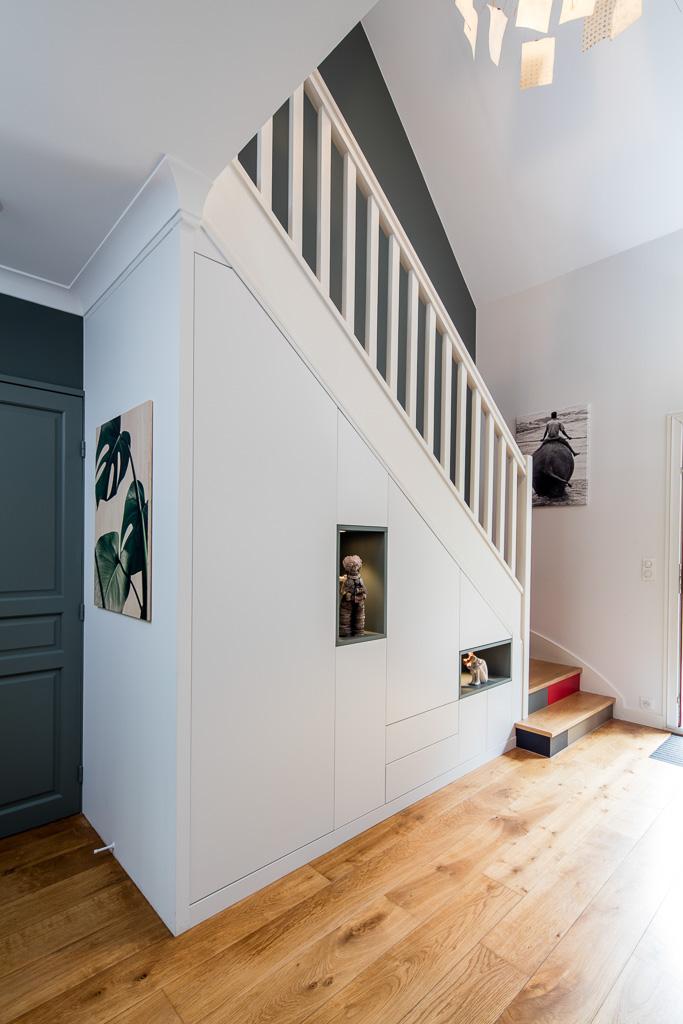 Placard sous-escalier blanc avec niches bleu vert - vue de gauche, portes fermées