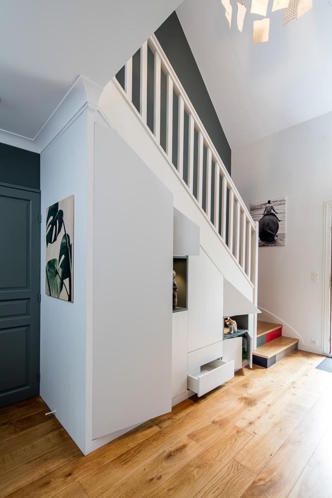 Placard sous-escalier blanc avec niches bleu vert - vue de gauche, portes ouvertes