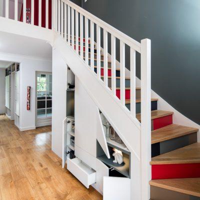 Placard sous-escalier blanc avec niches bleu vert - vue de droite, portes ouvertes