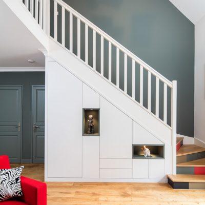 Placard sous-escalier blanc avec niches bleu vert