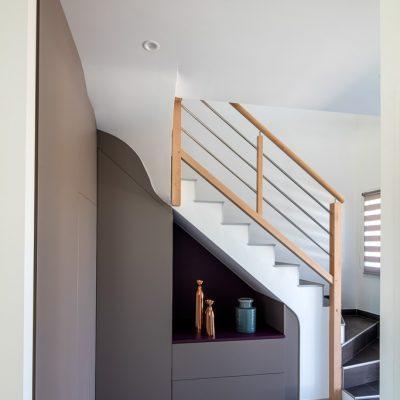 Placard sous-escalier sur-mesure taupe avec une niche et une jolie découpe
