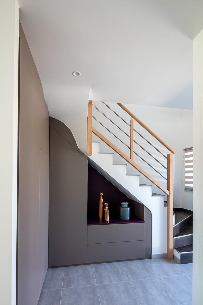 Meuble sur mesure sous un escalier avec des placards et Meuble sur mesure sous escalier