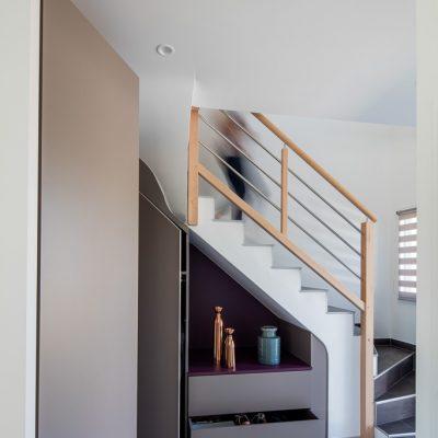 Placard sous-escalier sur-mesure taupe avec une niche et une jolie découpe - portes ouvertes