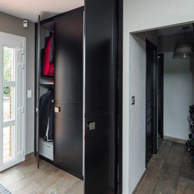 Portes en médium avec laque noire satine - version placard ouvert et intérieur apparent