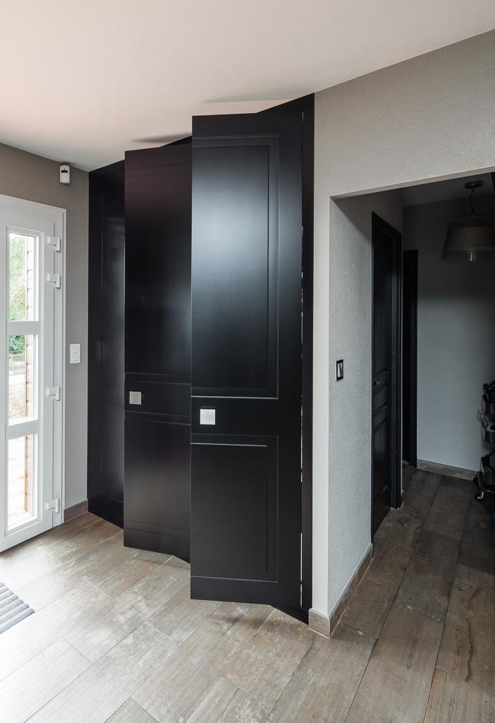 Portes en médium avec laque noire satine - version placard ouvert