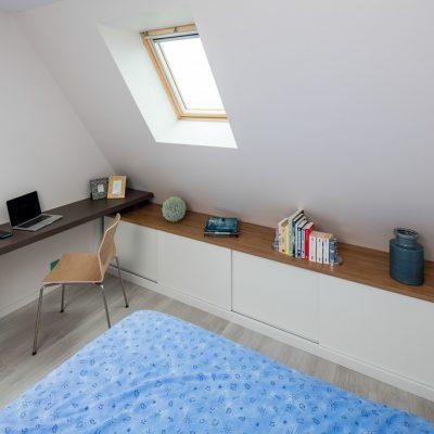 Bureau et placards en sous-pente, avec portes coulisantes