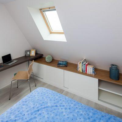 Bureau et placards en sous-pente, avec portes coulisantes - vue portes ouvertes à droite