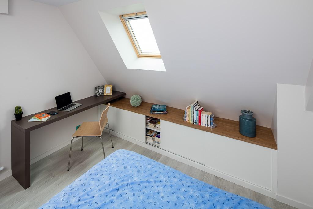 Bureau et placards en sous-pente, avec portes coulisantes - vue portes ouvertes