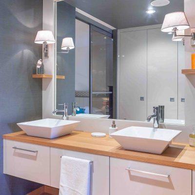 Meuble sur-mesure de salle de bain avec vasques posées
