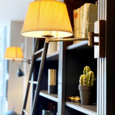 Bibliothèque hausmannienne avec des moulures noires - détail de lumière intégrée