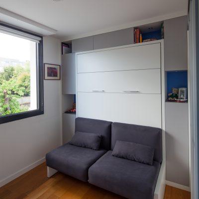 Lit armoire et rangements incluant un canapé gris anthracite - vue fermée