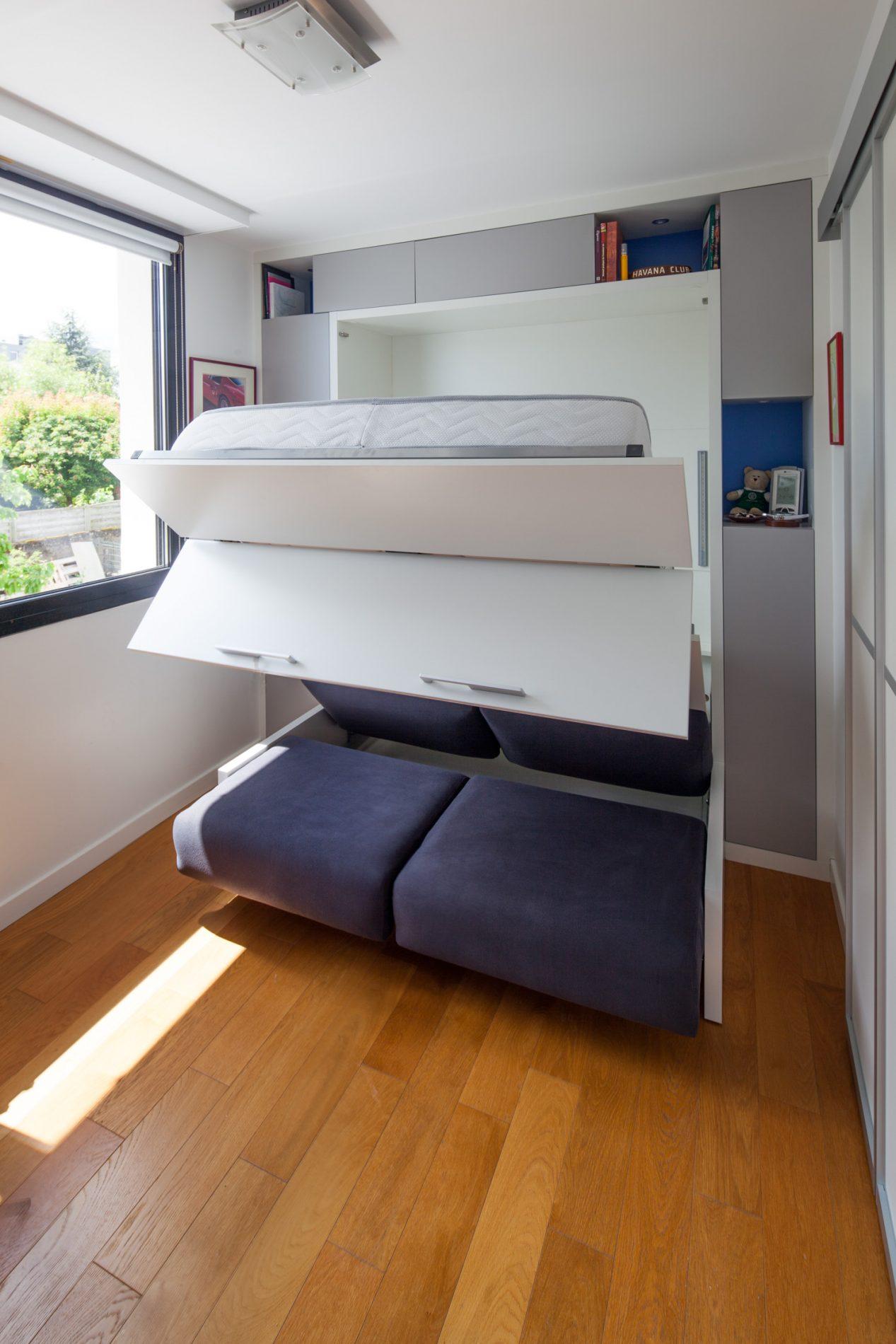 Lit armoire et rangements incluant un canapé gris anthracite - vue semi-ouverte