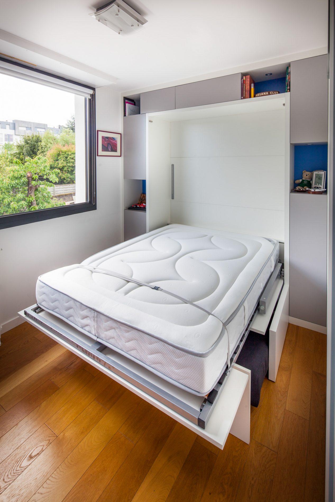 Lit armoire et rangements incluant un canapé gris anthracite - vue ouverte