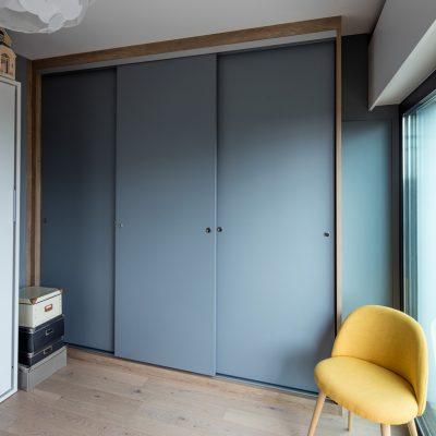 Panneaux coulissants bleus sur-mesure - portes fermées