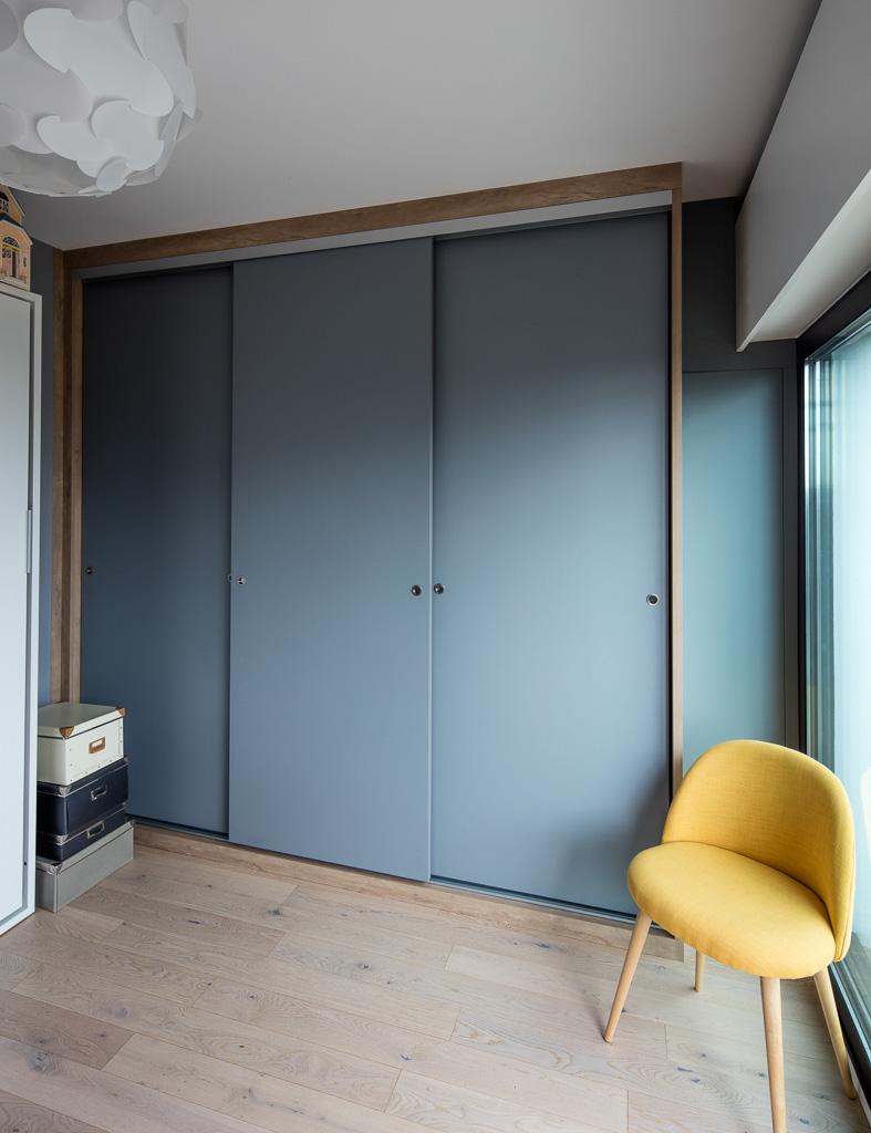 Deco Porte De Placard placard avec portes coulissantes bleues sans profilés aluminium