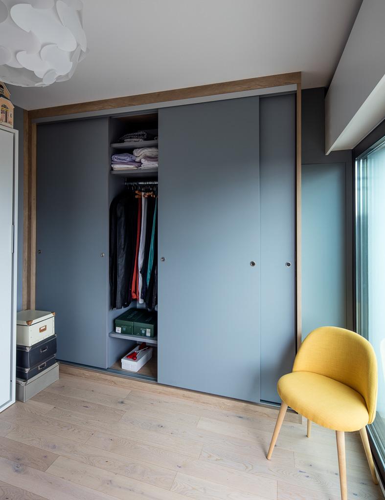 Placard Avec Portes Coulissantes Bleues Sans Profiles Aluminium
