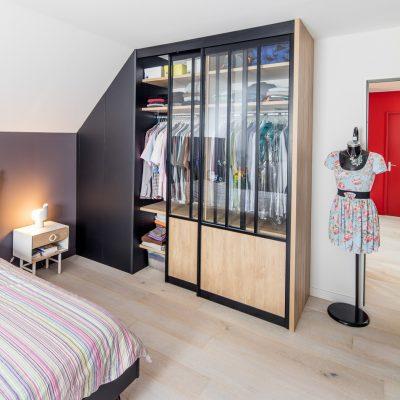 Dressing avec portes de placard style atelier - vue portes semi-fermées