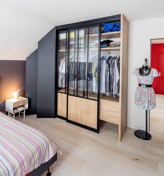 Dressing avec portes de placard style atelier - vue portes ouvertes