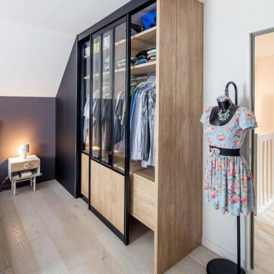 Dressing avec portes de placard style atelier - vue du côté effet lambris