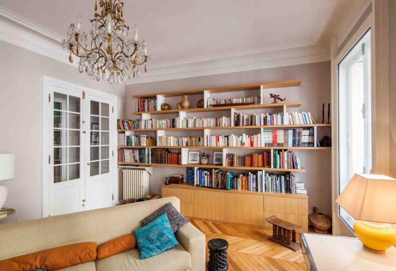Bibliothèque déstructurée en bois clair -version fermée
