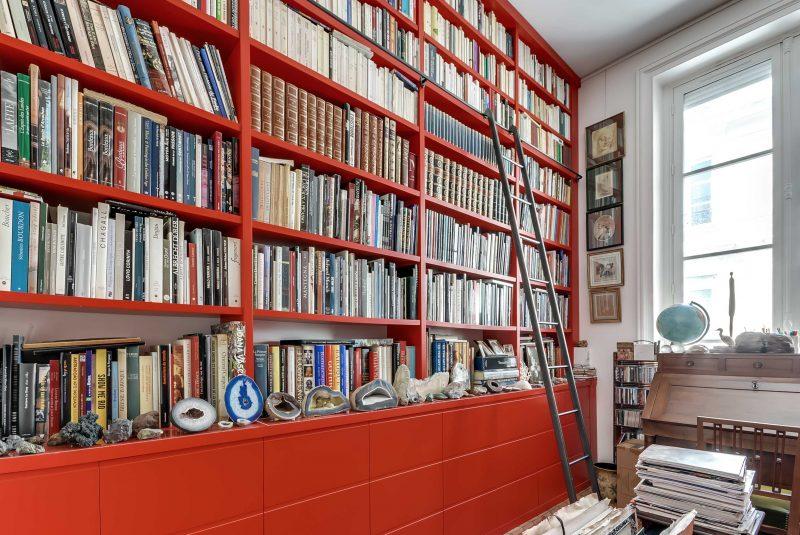Bibliothèque volumineuse rouge -version fermée